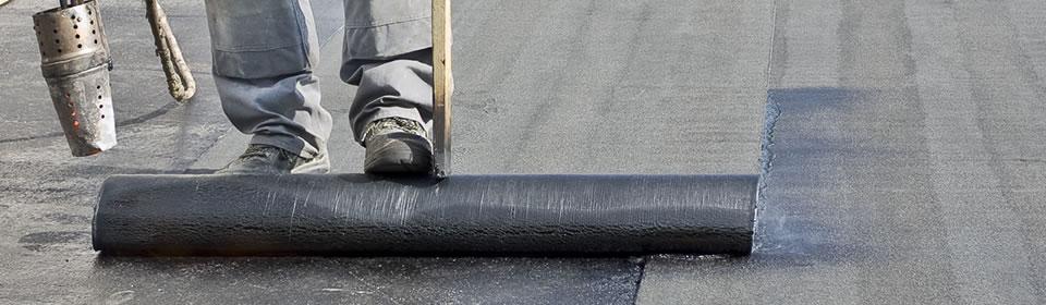 dakdekker legt dakbedekking